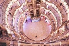 Интерьер самомоднейшего торгового центра стоковые изображения rf