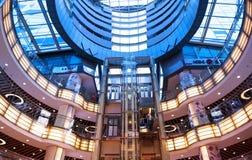 Интерьер самомоднейшего торгового центра стоковое фото rf