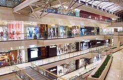 Интерьер самомоднейшего торгового центра стоковое фото