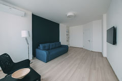 Интерьер света с настилом в современной квартире Стоковое фото RF