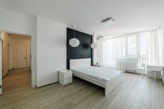 Интерьер света с настилом в современной квартире Стоковое Изображение RF
