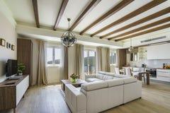 Интерьер светлой просторной живущей комнаты в роскошной вилле стоковые фотографии rf