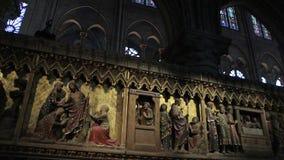 интерьер собора Нотр-Дам de Парижа со множественными статуями видеоматериал