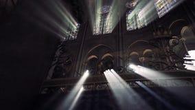 интерьер собора Нотр-Дам de Парижа со святым светом видеоматериал