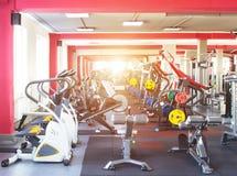 Интерьер современного и нового спортзала с новым оборудованием для гореть жирный и cardio, солнце, freeweights стоковое изображение rf