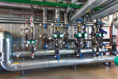 Интерьер современного котельного помещения газа с насосами, клапанами, a Стоковые Фото