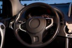 Интерьер современного роскошного автомобиля колесо перевозки управления рулем автомобиля нутряное Стоковые Фото