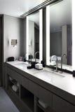 Интерьер современного туалета в европейском стиле Стоковая Фотография