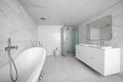 Интерьер современного туалета в европейском стиле Стоковое Фото