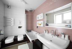 Интерьер современного туалета в европейском стиле стоковое фото rf