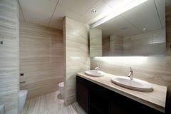 Интерьер современного туалета в европейском стиле Стоковые Изображения