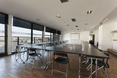 Интерьер современного яркого конференц-зала Стоковые Изображения RF