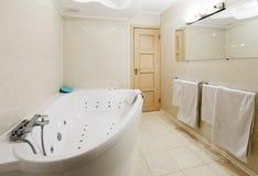 Интерьер современной ванной комнаты гостиницы, джакузи Стоковые Изображения