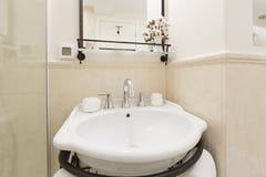 Интерьер современной ванной комнаты гостиницы Стоковые Изображения