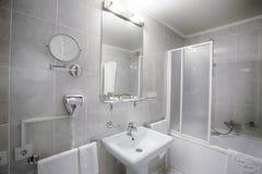 Интерьер современной ванной комнаты гостиницы Стоковые Изображения RF
