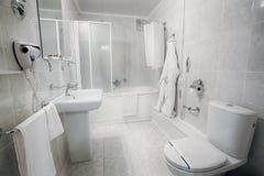 Интерьер современной ванной комнаты гостиницы Стоковая Фотография