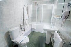 Интерьер современной ванной комнаты гостиницы Стоковое Изображение RF