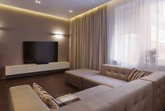 Интерьер современной живущей комнаты в роскошном особняке Стоковое Изображение RF