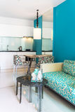 Интерьер современной живущей комнаты комнаты и кухни Стоковые Фотографии RF