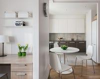 Интерьер современной квартиры в скандинавском стиле с кухней Стоковая Фотография RF