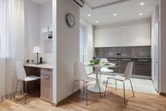 Интерьер современной квартиры в скандинавском стиле с кухней Стоковые Фотографии RF