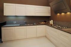 Интерьер современной кухни стоковые фотографии rf