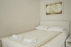 Интерьер современной спальни в пансионе Стоковые Изображения RF