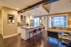 Интерьер современной яркой кухни и живущей комнаты Стоковое фото RF
