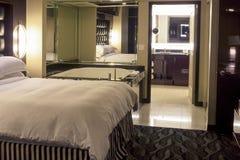 Интерьер современных ванной комнаты Adjascent гостиницы и спальни Environm Стоковое Фото