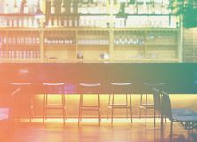 Интерьер современных паба или бара на ноче Стоковое Фото