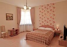 Интерьер спальни в розовых тонах Современные классики стоковое фото