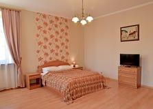 Интерьер спальни в розовых тонах с изображением на стене Современные классики стоковое изображение rf