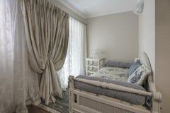 Интерьер спальни в роскошной вилле Стоковое фото RF