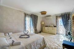 Интерьер спальни в роскошной вилле Стоковое Изображение RF