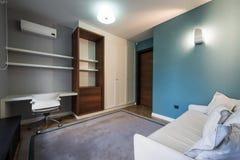 Интерьер спальни в современной роскошной квартире Стоковое фото RF