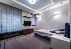 Интерьер спальни в современной роскошной квартире Стоковые Изображения RF