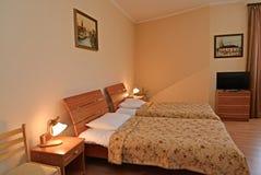 Интерьер спальни двойного гостиничного номера Современные классики стоковое изображение rf
