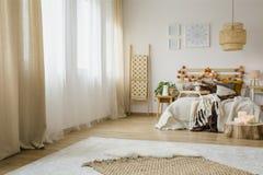 Интерьер спальни стиля Hygge стоковые фотографии rf