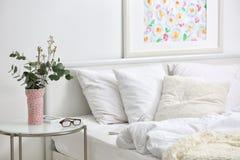 Интерьер спальни с кроватью и цветками Стоковые Фото