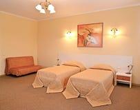 Интерьер спальни с 2 кроватями и софой Современные классики стоковые фото