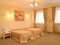Интерьер спальни с 2 кроватями Современные классики стоковые изображения