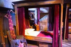 Интерьер спальни ` s студента Кровать ` s Гарри Поттера Студия братьев Warner украшения Великобритания Стоковые Изображения