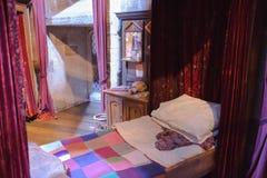Интерьер спальни ` s студента Кровать ` s Гарри Поттера Студия братьев Warner украшения Великобритания Стоковые Фото