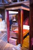 Интерьер спальни ` s студента Кровать ` s Гарри Поттера Студия братьев Warner украшения Великобритания Стоковая Фотография RF