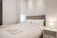 Интерьер спальни двуспальной кровати Стоковые Изображения