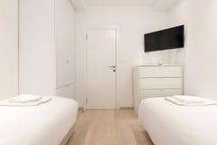 Интерьер спальни двуспальной кровати Стоковое Изображение