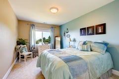 Интерьер спальни в бежевых и голубых тонах Также голубые занавесы Стоковая Фотография RF
