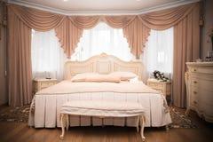 Интерьер спальни в цвете светлой сливк Стоковое фото RF