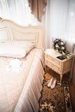 Интерьер спальни в цвете светлой сливк Стоковые Фотографии RF
