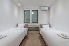 Интерьер спальни 2 кроватей Стоковое фото RF